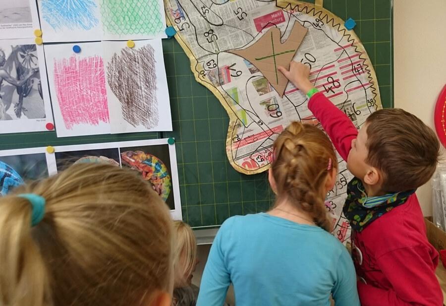 Ulrike Stolte Workshop Brandenburg Fuerstenwalde Grundschule Frottage Chamaeleon November 2017